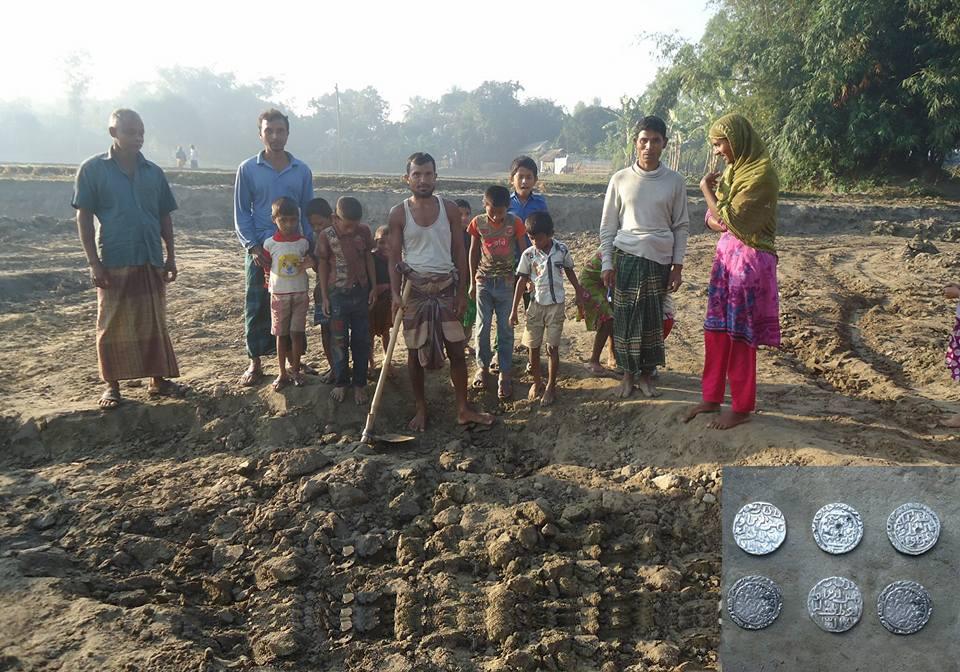 খানসামায় পুকুর খুঁড়তে গিয়ে বেড়িয়ে এলো টাকার কলস
