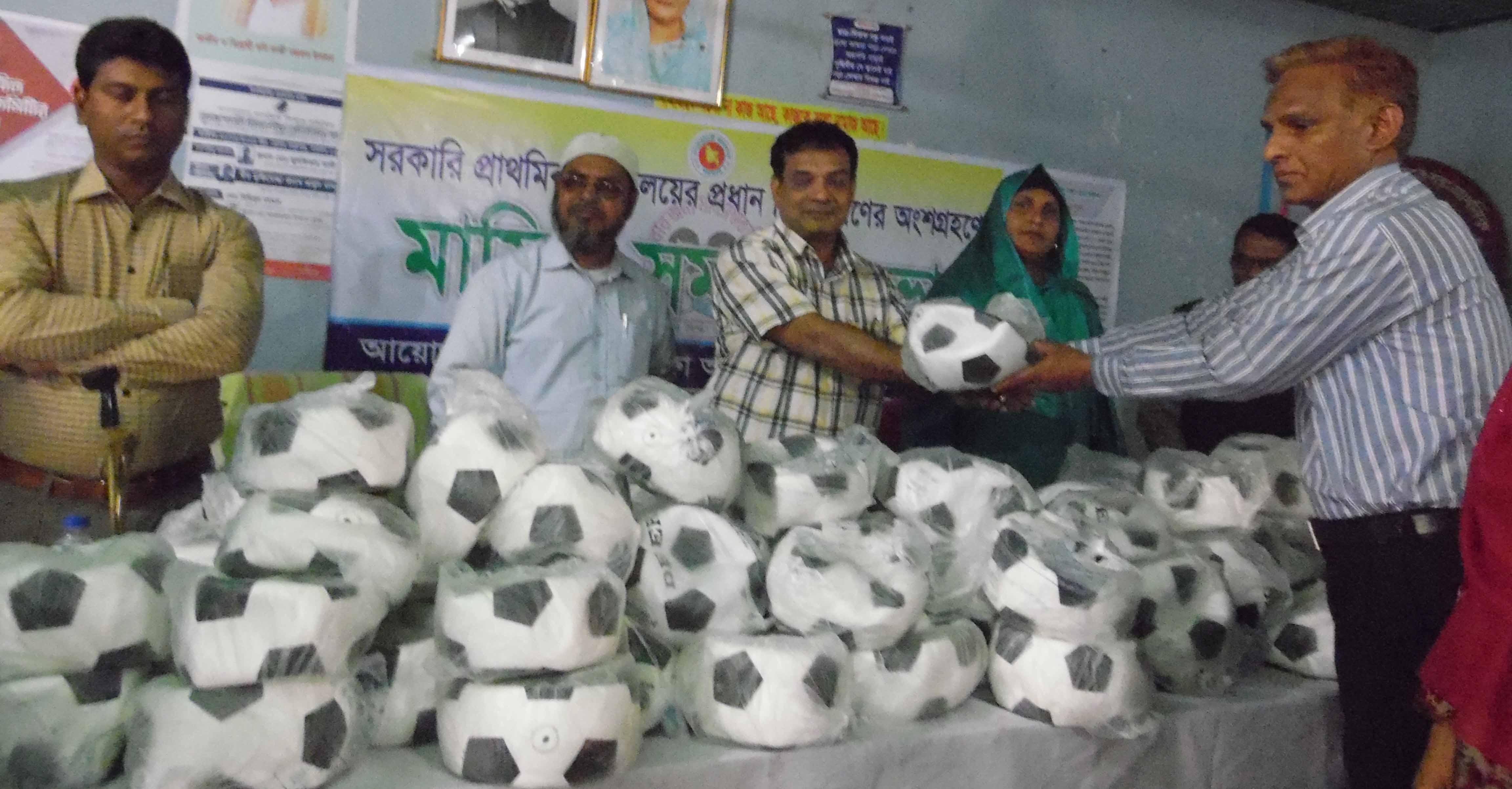 সোনাতলায় ১২৩ টি প্রাথমিক বিদ্যালয়ে ফুটবল বিতরন